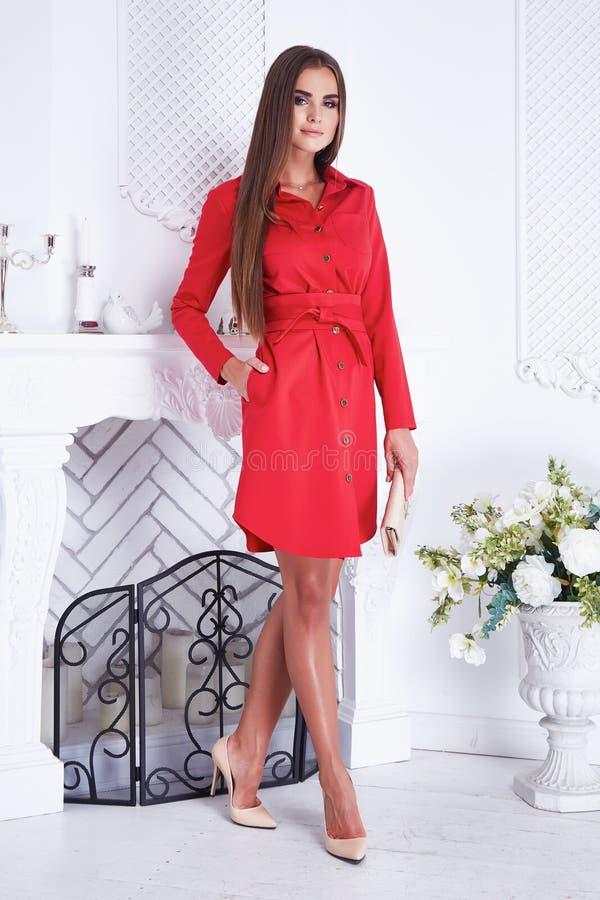 Sexy Frau der Schönheit kleidet rotes Kleid der Katalogart-Mode lizenzfreie stockfotografie