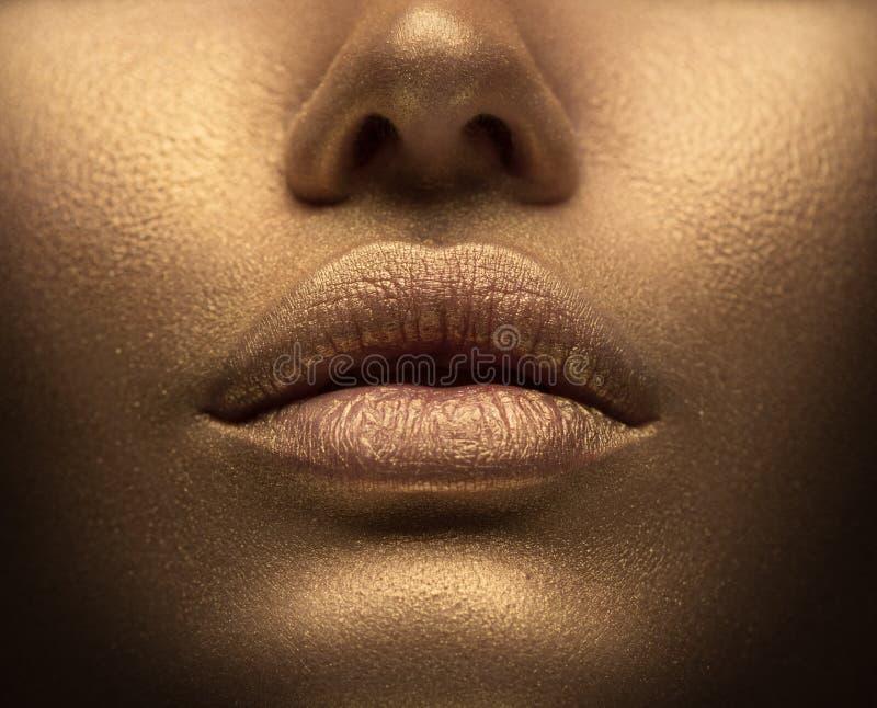 Sexy Frau der Schönheit mit goldener Haut Modekunst-Portr?tnahaufnahme Vorbildliches Mädchen mit glänzendem goldenem Berufsmake-u lizenzfreie stockfotografie