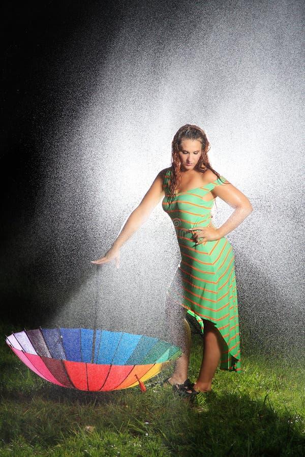 Sexy Frau, die den Regen umfasst stockfoto