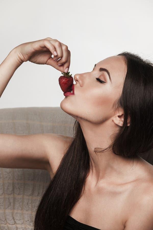Sexy Frau, die Früchte isst lizenzfreie stockfotos