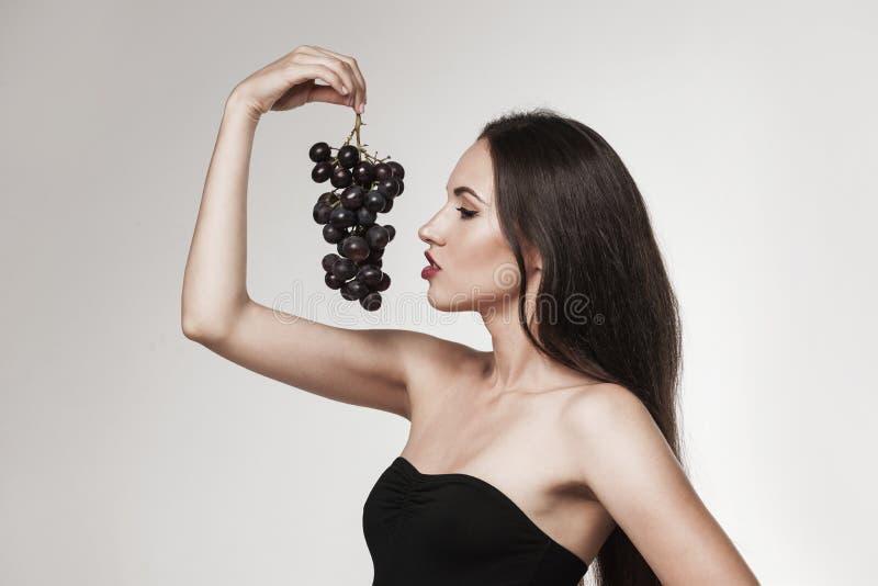 Sexy Frau, die Früchte isst stockfoto