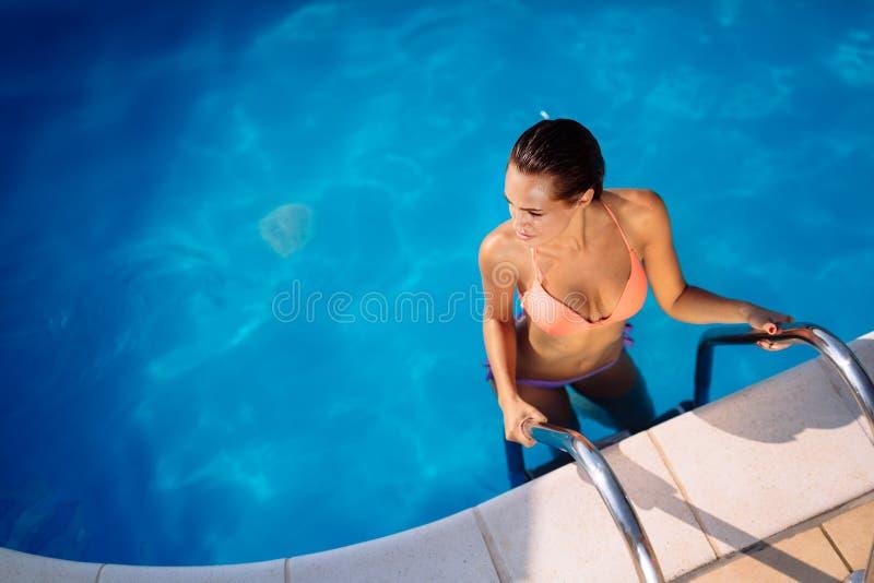 Sexy Frau, die Sommer im Pool genießt stockfotografie