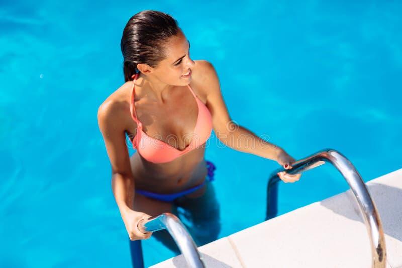 Sexy Frau, die Sommer im Pool genießt lizenzfreies stockbild