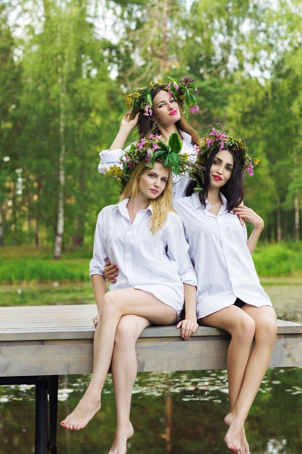 Sexy Frau drei auf einer Holzbrücke stockbilder