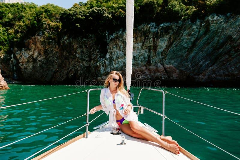 Sexy Frau entspannen sich auf Yacht im Meer stockfoto