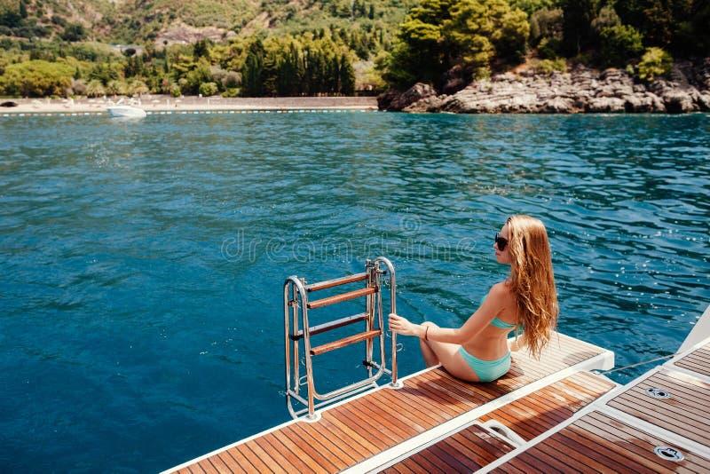 Sexy Frau entspannen sich auf Yacht im Meer stockfotografie
