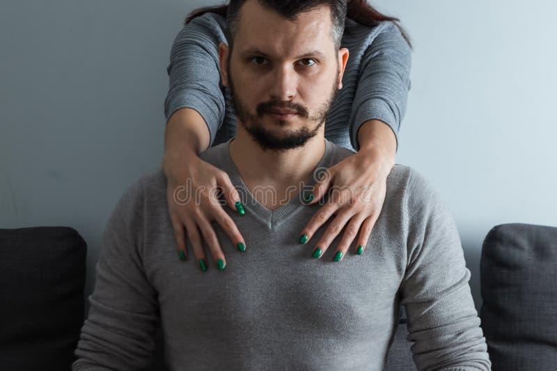 Sexy Frau, Hände mit den grünen Nägeln, die einen Mann umarmen Geschäftsmann, weibliche Sucht, Heirat, männlicher Schutz stockfoto