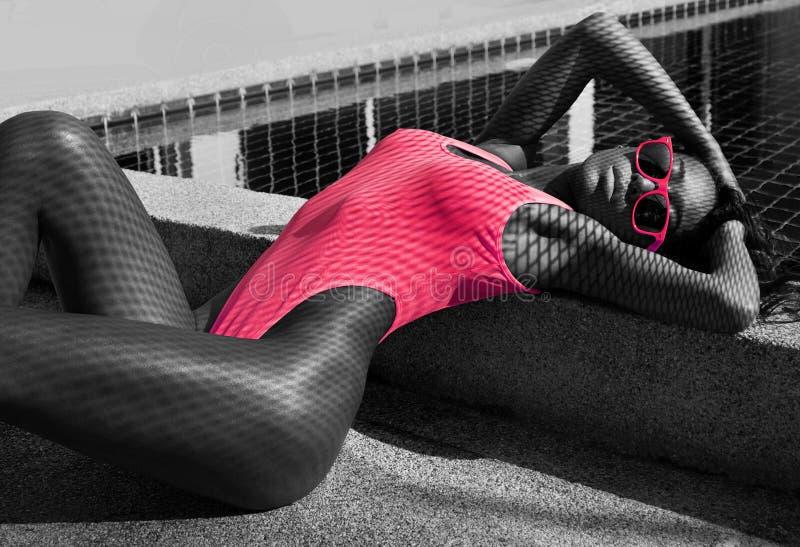 Sexy Frau im Badeanzug am Swimmingpool - Schwarzweiss-Foto stockfotos