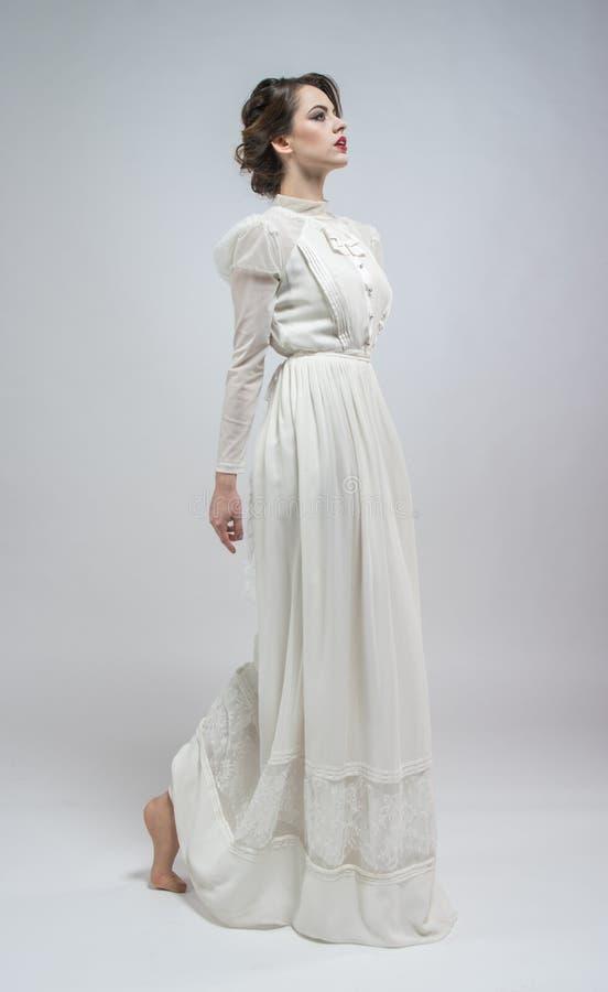 Sexy Frau im weißen langen Retro- Kleid lizenzfreies stockbild