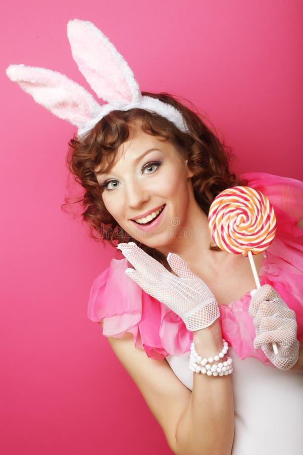 Sexy Frau mit Bunny Ears Lächelndes Ostern-Mädchen lokalisiert auf Weiß lizenzfreie stockfotografie