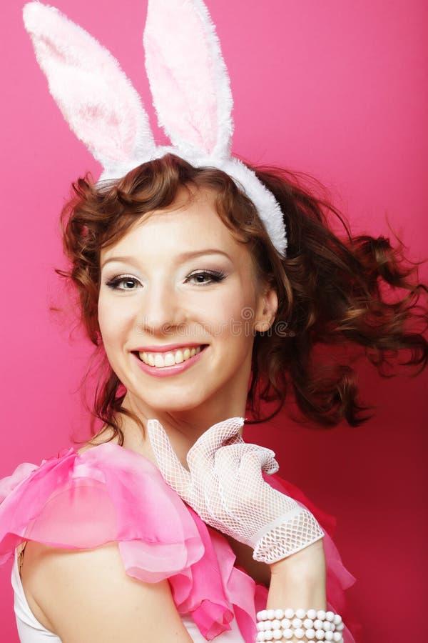 Sexy Frau mit Bunny Ears Lächelndes Ostern-Mädchen lokalisiert auf Weiß stockfoto