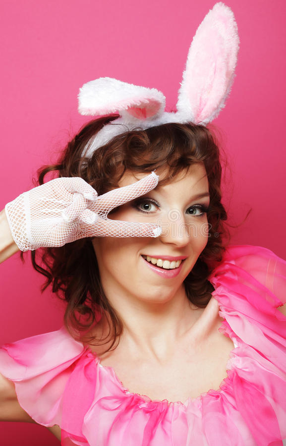 Sexy Frau mit Bunny Ears Lächelndes Ostern-Mädchen lokalisiert auf Weiß lizenzfreies stockbild