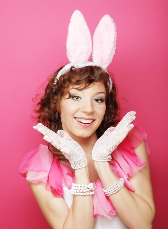 Sexy Frau mit Bunny Ears Lächelndes Ostern-Mädchen lokalisiert auf Weiß lizenzfreie stockbilder