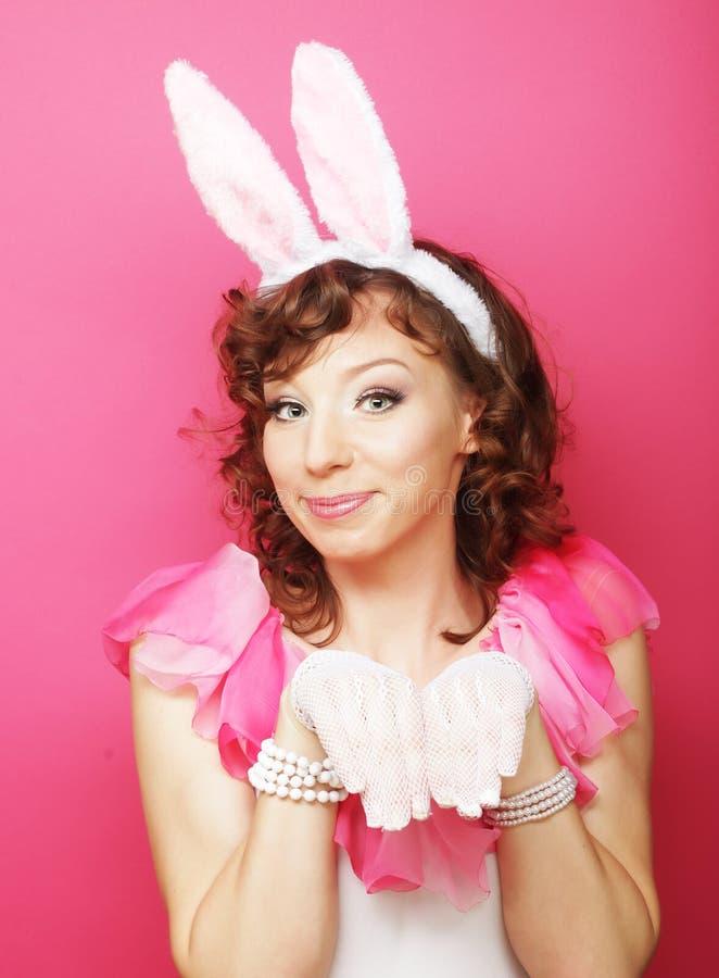 Sexy Frau mit Bunny Ears Lächelndes Ostern-Mädchen lokalisiert auf Weiß stockbilder