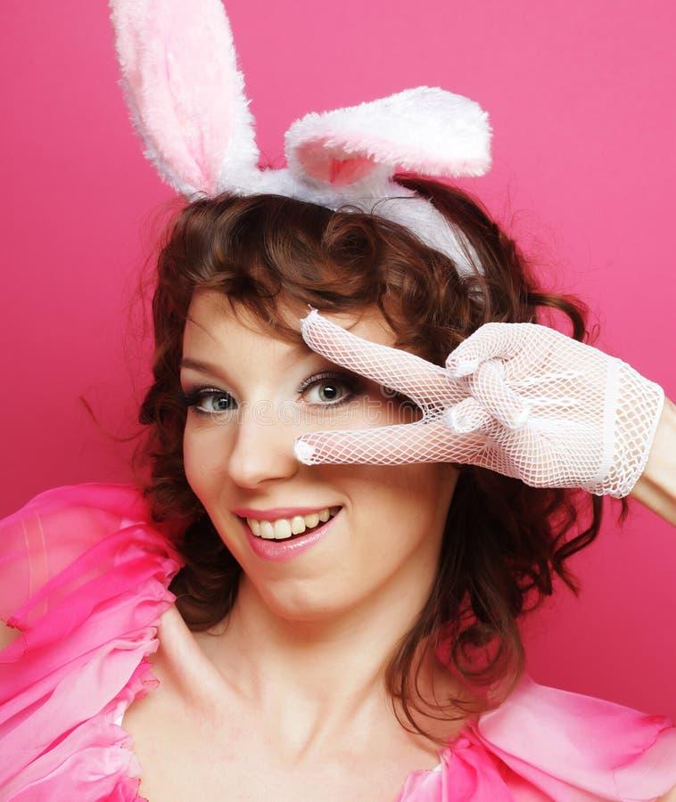 Sexy Frau mit Bunny Ears Lächelndes Ostern-Mädchen lokalisiert auf Weiß stockbild