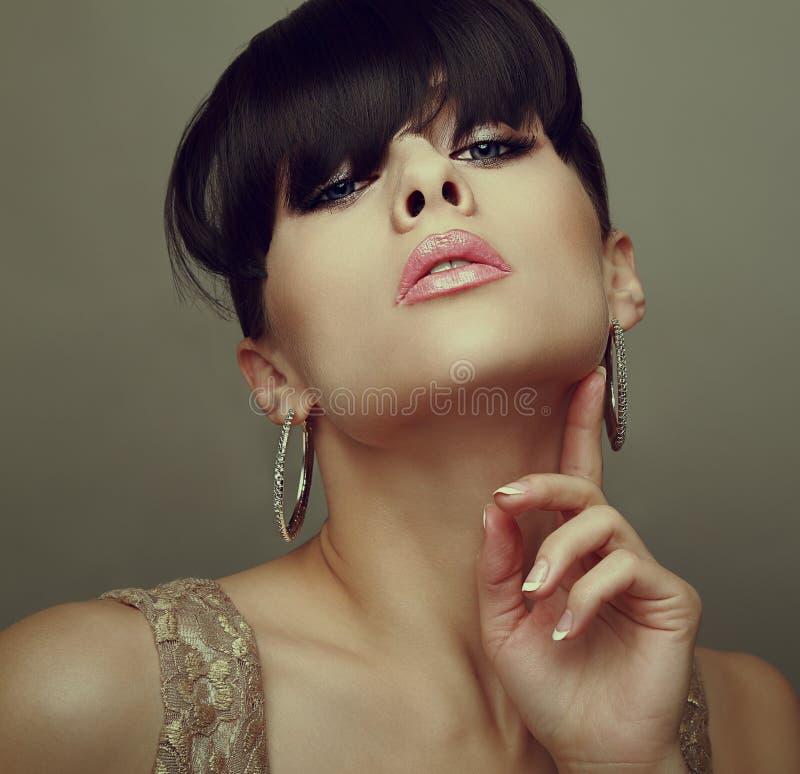 Sexy Frau mit den heißen Lippen und schwarzer Frisur lizenzfreie stockfotografie