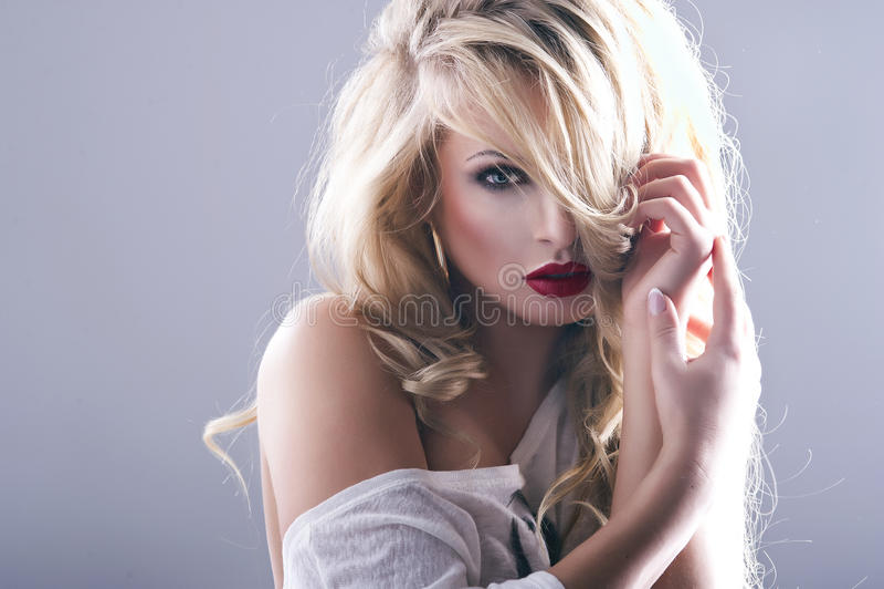 Sexy Frau mit den roten Lippen stockfotos