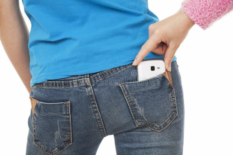 Sexy Frau mit einem Handy in ihrer Gesäßtasche lizenzfreie stockbilder