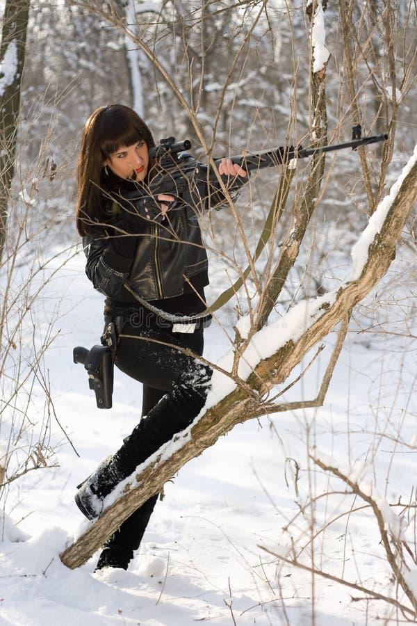 Sexy Frau mit einem Scharfschützegewehr stockbild