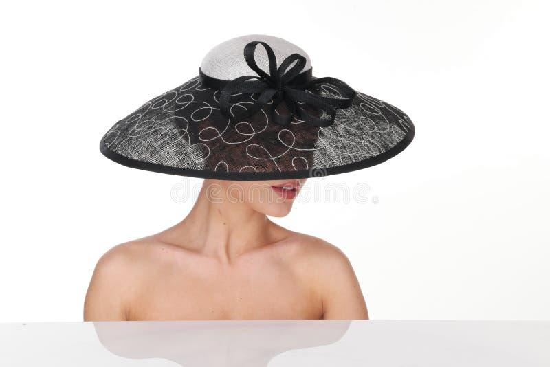 Sexy Frau mit elegantem Schwarzweiss-Hut lizenzfreie stockfotografie