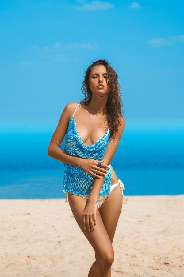 Sexy Frau mit gebräuntem Hautstand draußen auf Strand lizenzfreie stockfotos