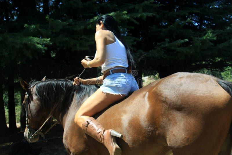 Nackt auf pferd reiten