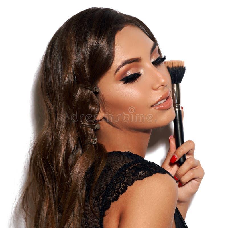 Sexy Frau mit Make-upbürste stockbilder