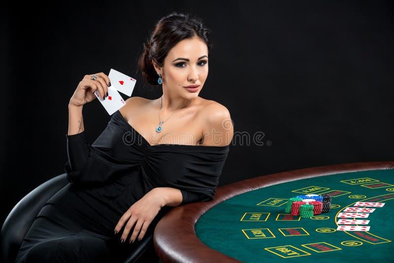 Sexy Frau mit Pokerkarten und -chips lizenzfreie stockfotos