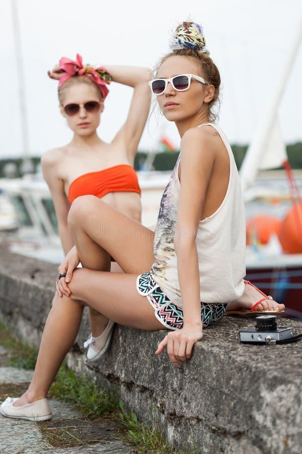Sexy Frauen auf einem Pier stockbild