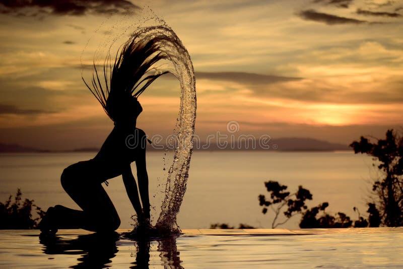 Sonnenuntergang, Sexy Nacktes Frauenschattenbild Stockbild