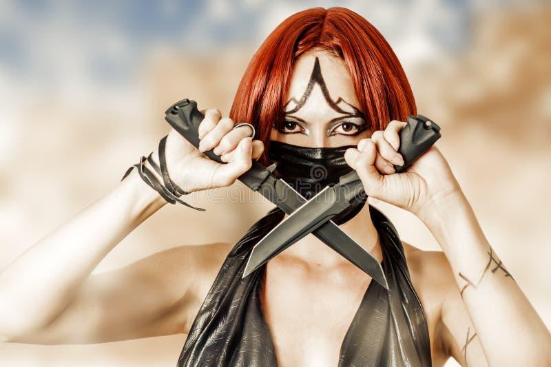 Sexy gefährliche Frau in der schwarzen Maske lizenzfreie stockfotos