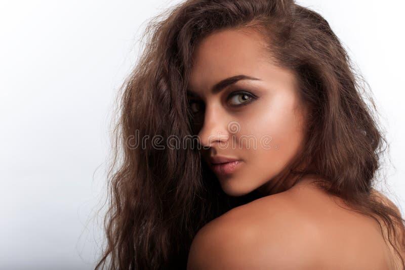 Sexy gemengd rasmodel met karamelhuid die camera met flirty blik bekijken stock fotografie