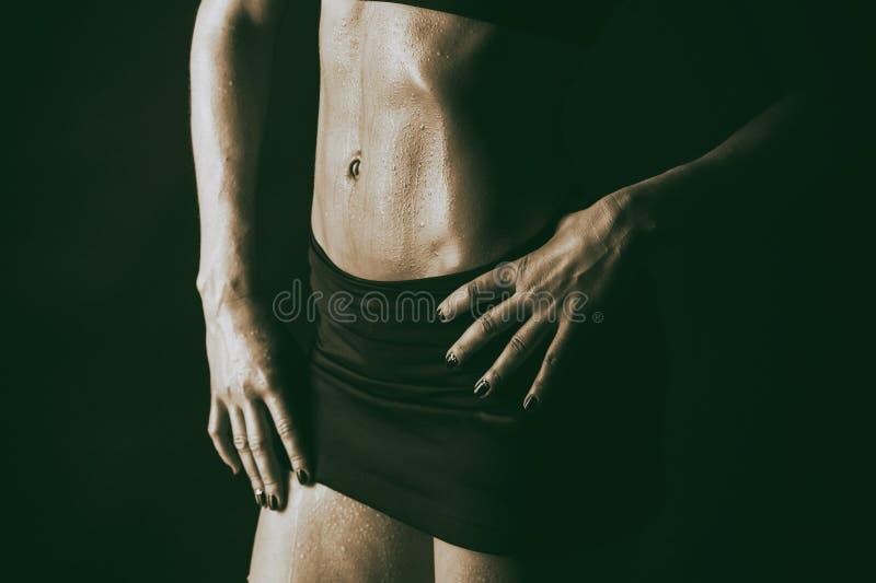 Sexy geschiktheidsvrouw op zwarte achtergrond royalty-vrije stock afbeelding