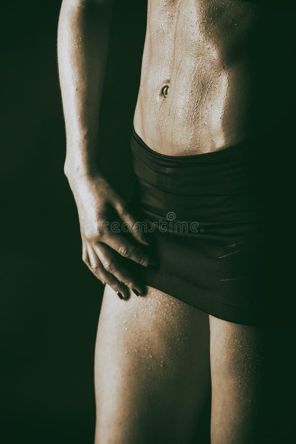 Sexy geschiktheidsvrouw op zwarte achtergrond stock fotografie
