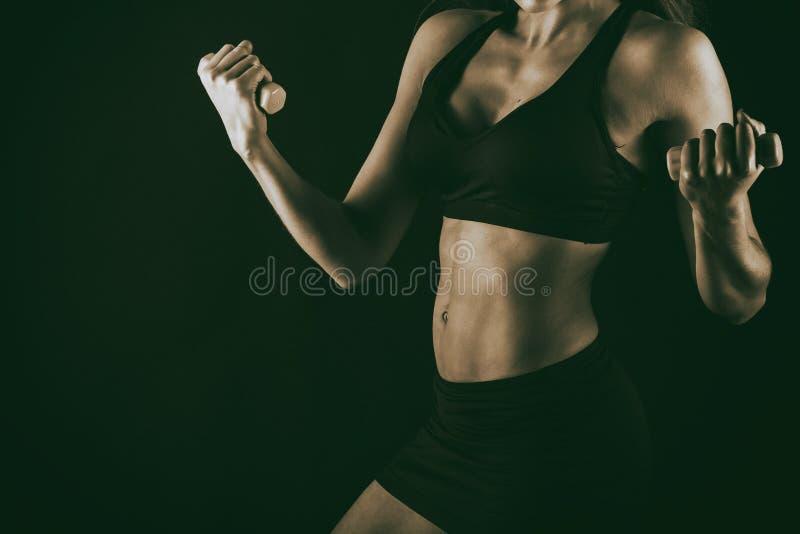 Sexy geschiktheidsvrouw op zwarte achtergrond stock foto's