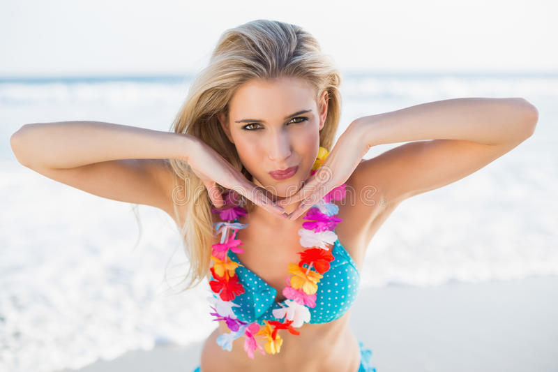 Sexy glückliche Blondine im Bikini, der die Hawaii-Halskettenaufstellung trägt lizenzfreies stockfoto