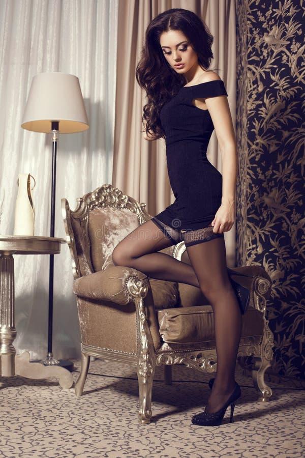 Glamour ženska v črni obleki in nogavice Stock Slika - Slika modela, Glamour 39563056-1936