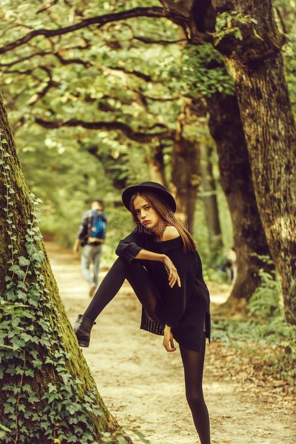 Sexy Halloween-Frau im Wald stockfotos