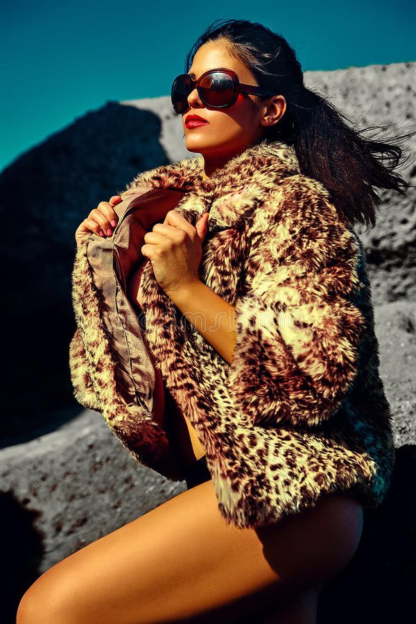 Sexy heet mooi meisjesmodel met donker haar in modieuze kleren stock foto