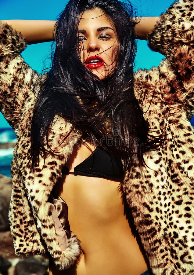 Sexy heet mooi meisjesmodel met donker haar in modieuze kleren royalty-vrije stock afbeeldingen