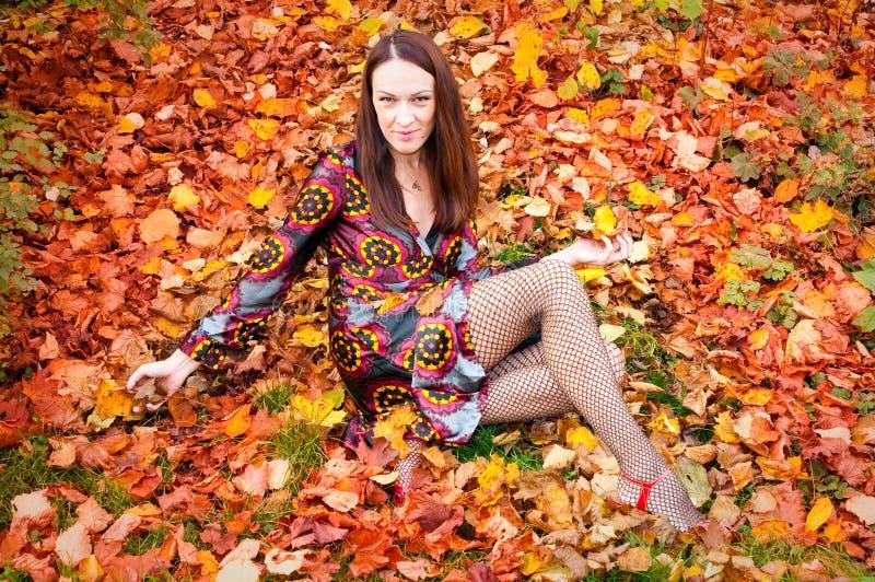 Sexy Herbstfrau lizenzfreie stockbilder