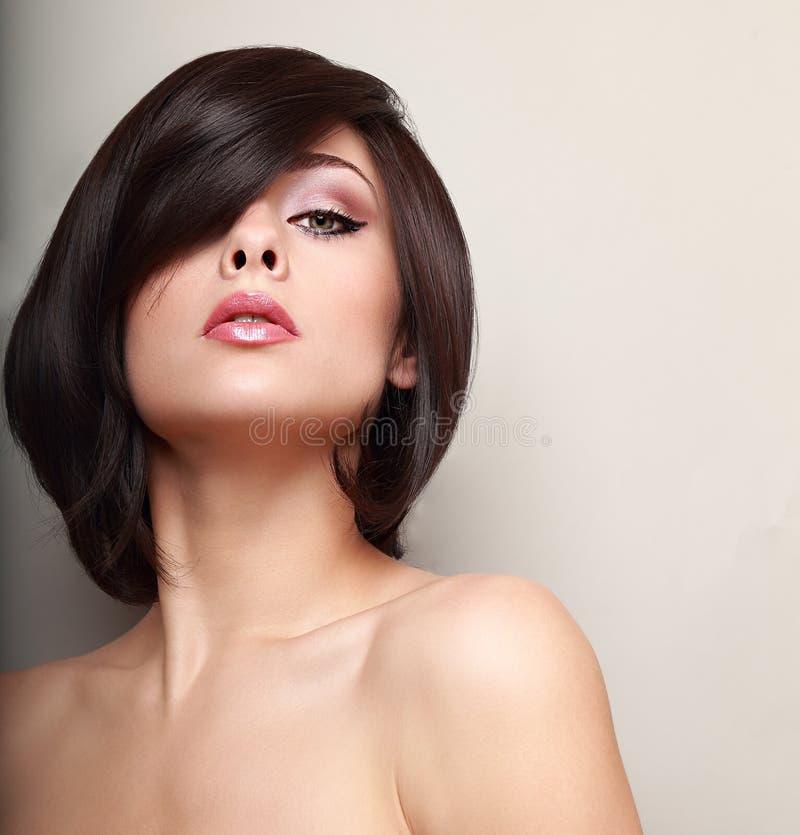 Sexy hete vrouw met zwarte korte haarstijl royalty-vrije stock fotografie