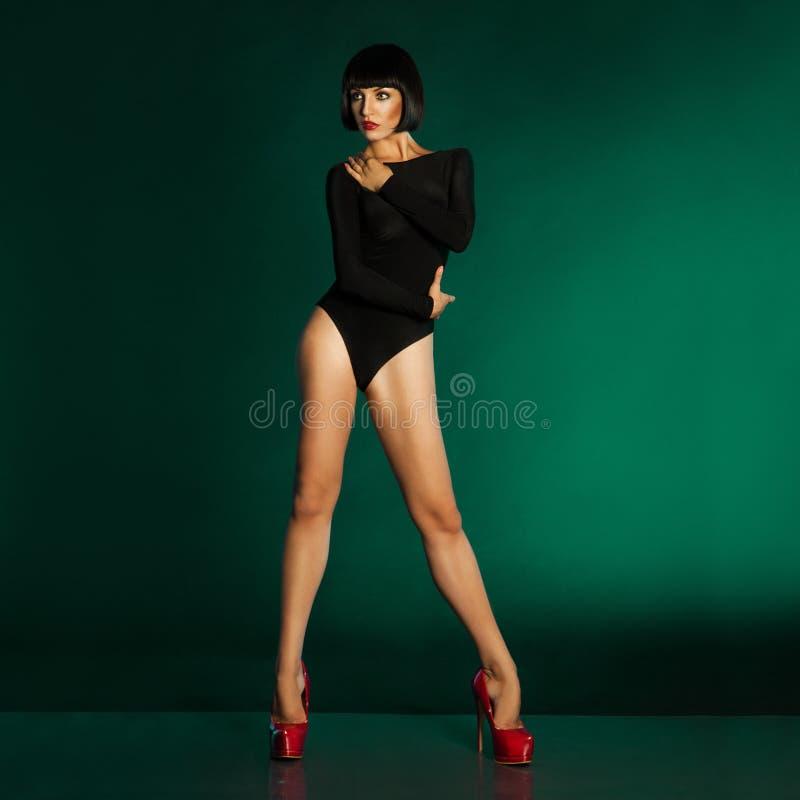 Sexy jong meisje in zwempak en rode schoenen royalty-vrije stock afbeeldingen