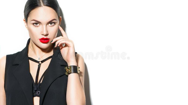 Sexy jong vrouwenportret, op witte achtergrond Verleidelijk donkerbruin modelmeisje in zwarte sexy kleren, maniertoebehoren stock afbeelding