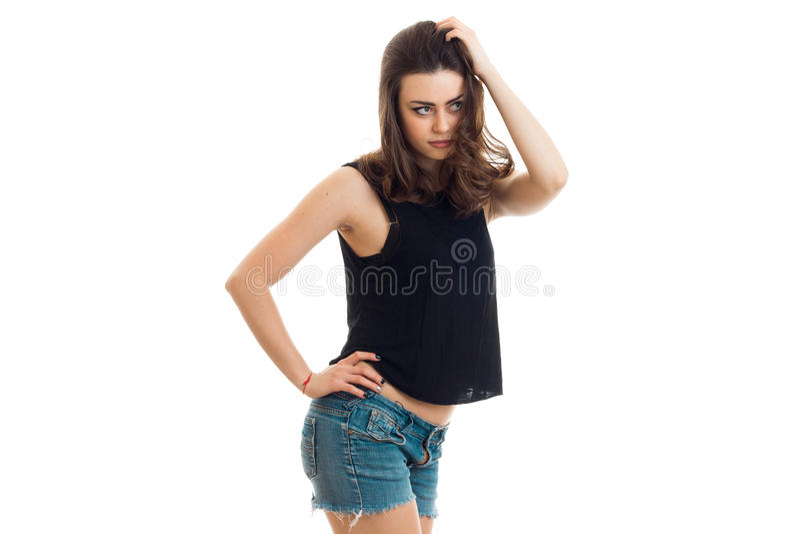 Sexy jonge dame in een zwarte t-shirt en borrels die in Studio stellen royalty-vrije stock foto's