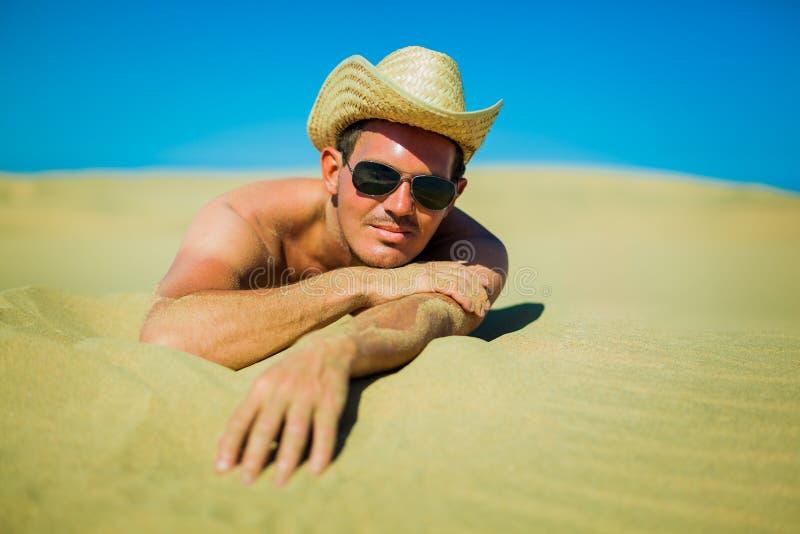 Sexy jonge mens bij het strand royalty-vrije stock fotografie
