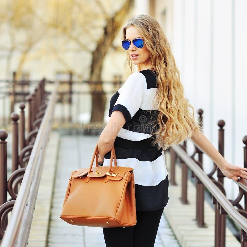 Download Sexy Jonge Schoonheidsvrouw In Zonnebril Met Zak Stock Foto - Afbeelding bestaande uit volwassen, verleidelijk: 39115382