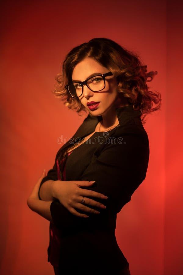 Sexy jonge secretaresse in glazen en rode lippen stock foto's