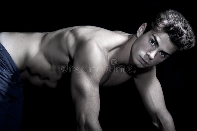 Sexy jonge shirtless mens Gymnastiek spierlichaam Viervoeterpositie Op alle fours royalty-vrije stock afbeeldingen