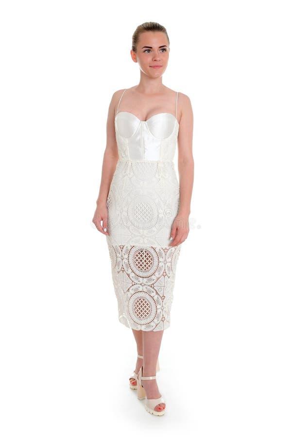 Sexy jonge vrouw in een kleine kleding, die op witte achtergrond wordt geïsoleerd stock afbeeldingen